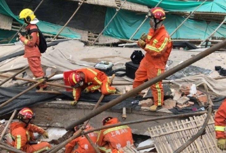 Најмалку девет лица затрупани под урната зграда во Шангај