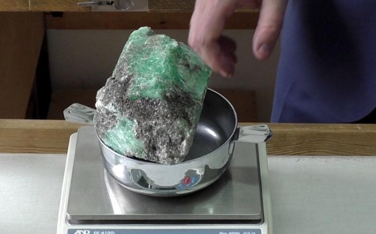 Најдоа скапоцен камен и веднаш сфатија дека е посебен, но шокот следуваше кога го ставија на вага (ФОТО)