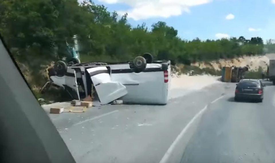 Видео од сообраќајката кај Плетвар: Возилата превртени, има повредени