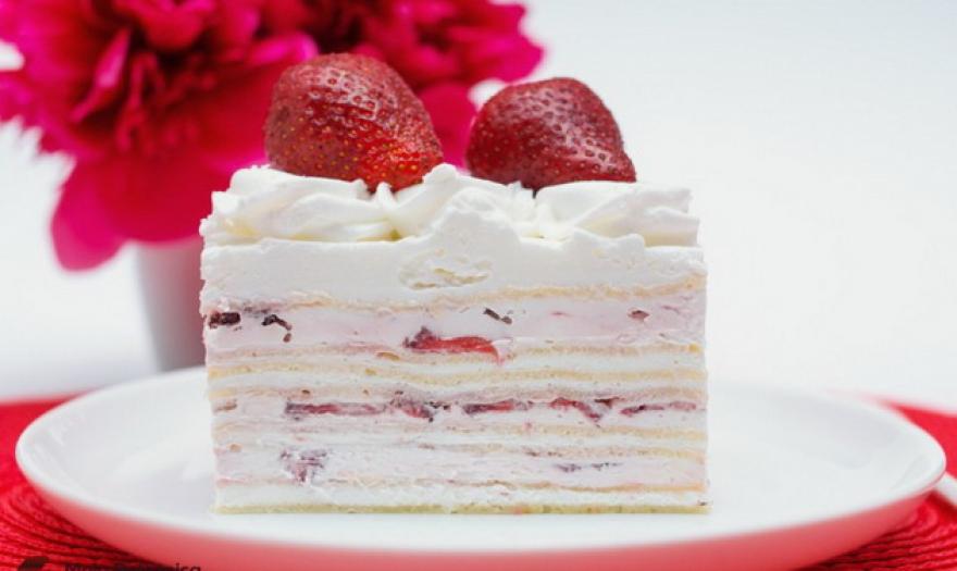 Лесен и совршен десерт: Торта од јагоди и бело чоколадо
