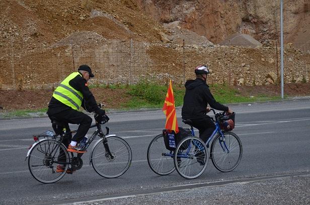 Васил, момчето со церебрална парализа, по седум дена возење со трицикл низ Македонија, пристигнува во Охрид