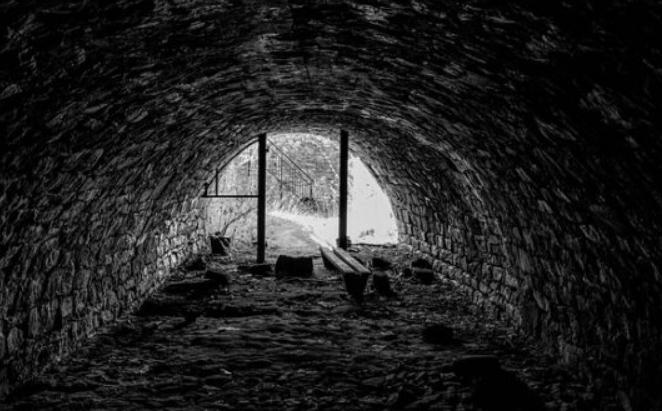 КАРМА: Ископал тунел за да ја шпионира поранешната сопруга, но сам се заглавил во него