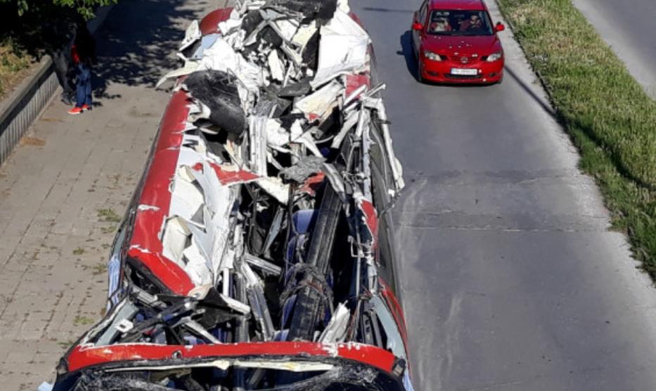 Смачкан целиот покрив: Вака изгледа македонскиот автобус кој заринка во надвозник (ФОТО)