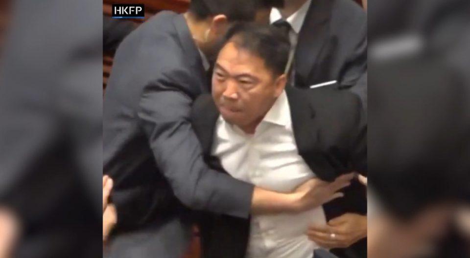 Хаос во парламентот: Еве како се тепаа пратениците во Хонг Конг (ВИДЕО)