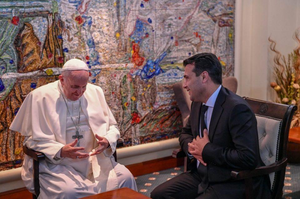 ФОТО: Еве што му подари Заев на Папата- станува збор за реплика