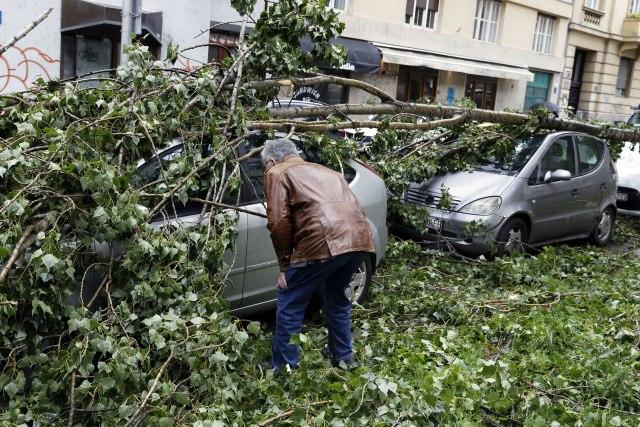 Ужасно невреме во Загреб: Повеќе од 700 интервенции, петмина повредени и многу штета (ФОТО)