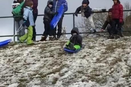 ВИДЕО: Зимата веќе стигна во Австралија- ладен бран ги изненади граѓаните, сите почнаа да се санкаат