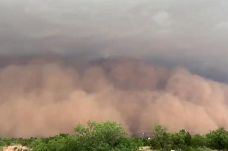 """ВИДЕО: Од оваа песочна бура нема бегање- непогодата """"проголта"""" мал град во Тексас"""