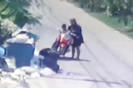 Не знаела дека ја снима камера: Мајка го оставила бебето во контејнер и си заминала