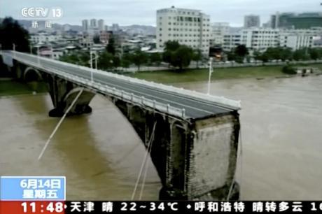 Се сруши мост во Кина: Автомобилите паднаа во реката за само неколку секунди (ВИДЕО)