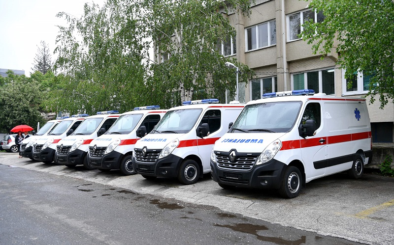 Граѓаните имаат потреба од нив, а тие стојат паркирани: Новите возила за брза помош сѐ уште не се користат