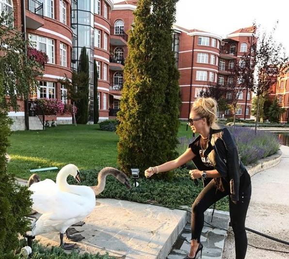 Луксуз до најситен детаљ: Ѕирнете во раскошниот дом на пејачката Аделина Тахири (ФОТО)