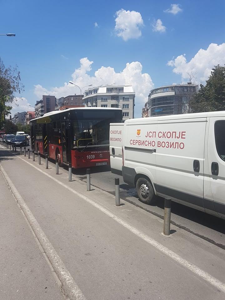 Празнично разочарување за корисниците на ЈСП- Автобус се расипа среде партизанска, патниците извисени на +30 степени (ФОТО)