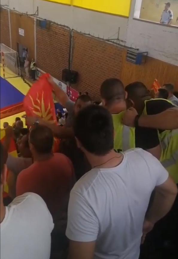 """ФОТО: Кој """"ОД ГОРЕ"""" нареди да се одзимаат македонските знамиња во Струмица"""