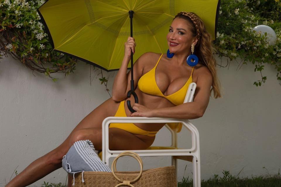 Лила блесна во жолти бикини и покажа со што располага (ФОТО)