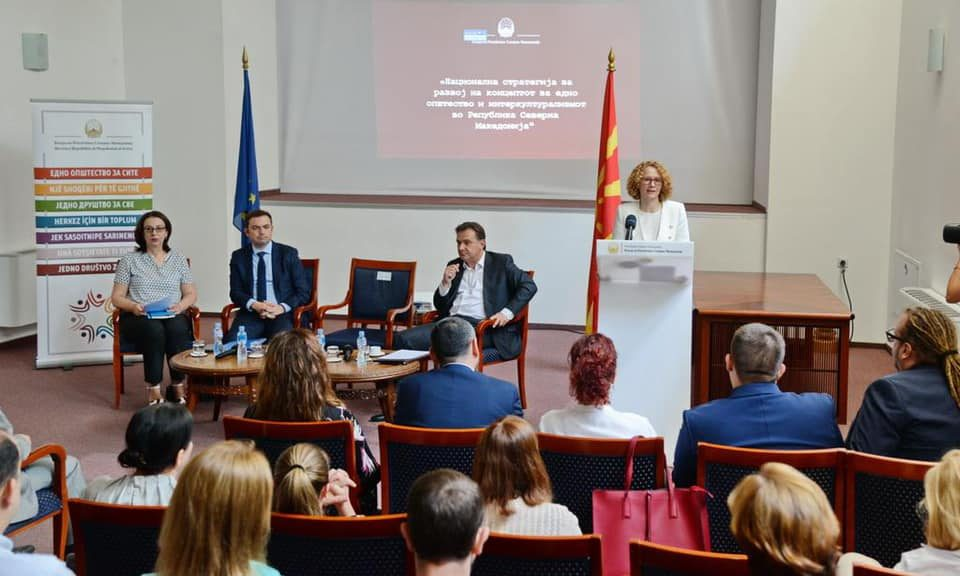 Како Роберт Поповски ги советува министрите: Подобро да бегаме, отколку да не распнат новинарите