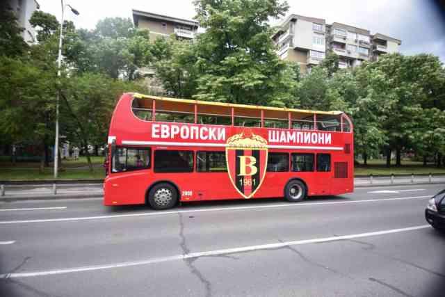 Вардарци од аеродром до плоштад ќе се возат со специјално брендиран автобус (ФОТО)