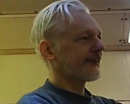 ВИДНО ОСЛАБЕН: Прва видео снимка од Асанж во затворот во Велика Британија (ВИДЕО)