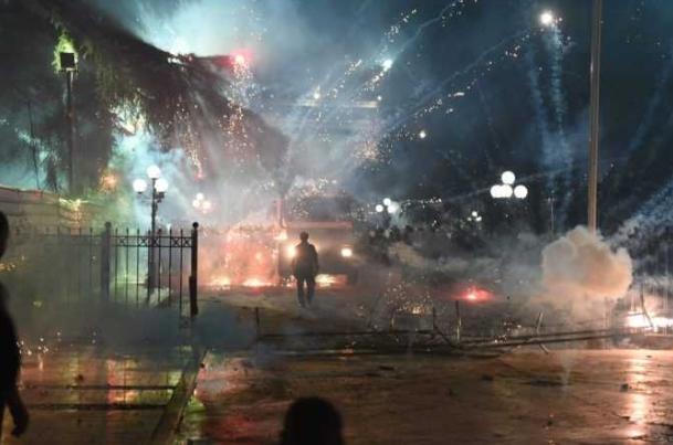Околу 20 лица повредени на протестот во Тирана