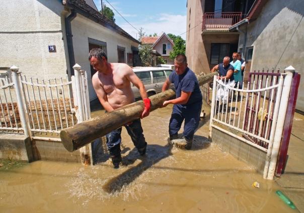 Поплави во Србија: Eвакуирани лица, заглавен автобус…
