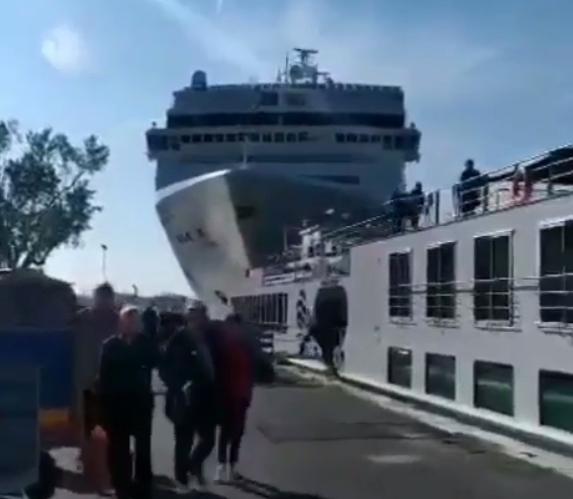 Видео од несреќата во Венеција: Луѓе трчаа на сите страни, има повредени