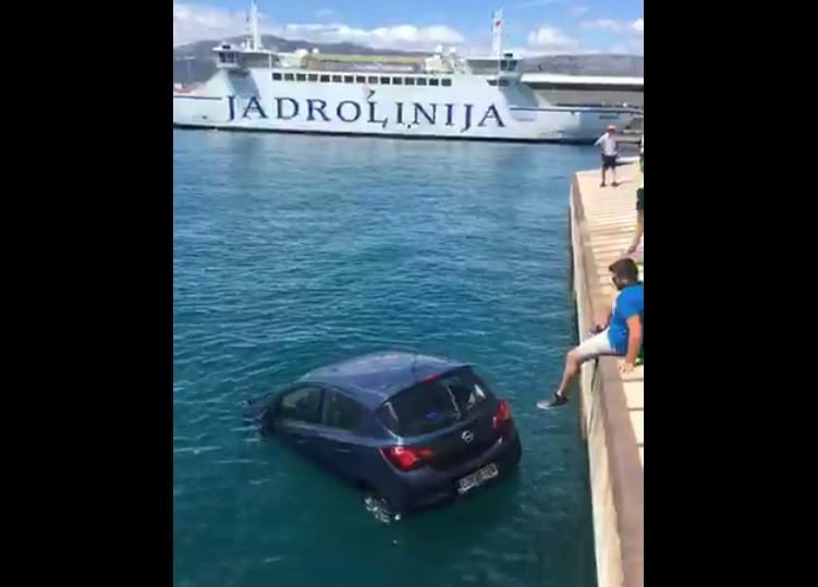 Автомобил падна во море на пристаниште во Сплит (ВИДЕО)