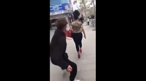 Вознемирувачко видео: Маж среде улица во Косово ѕверски тепа жена затоа што е Ромка