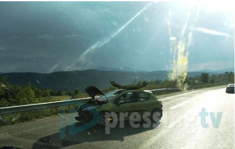 ФОТО: Се судрија автомобил и камион кај тунелот во Катланово