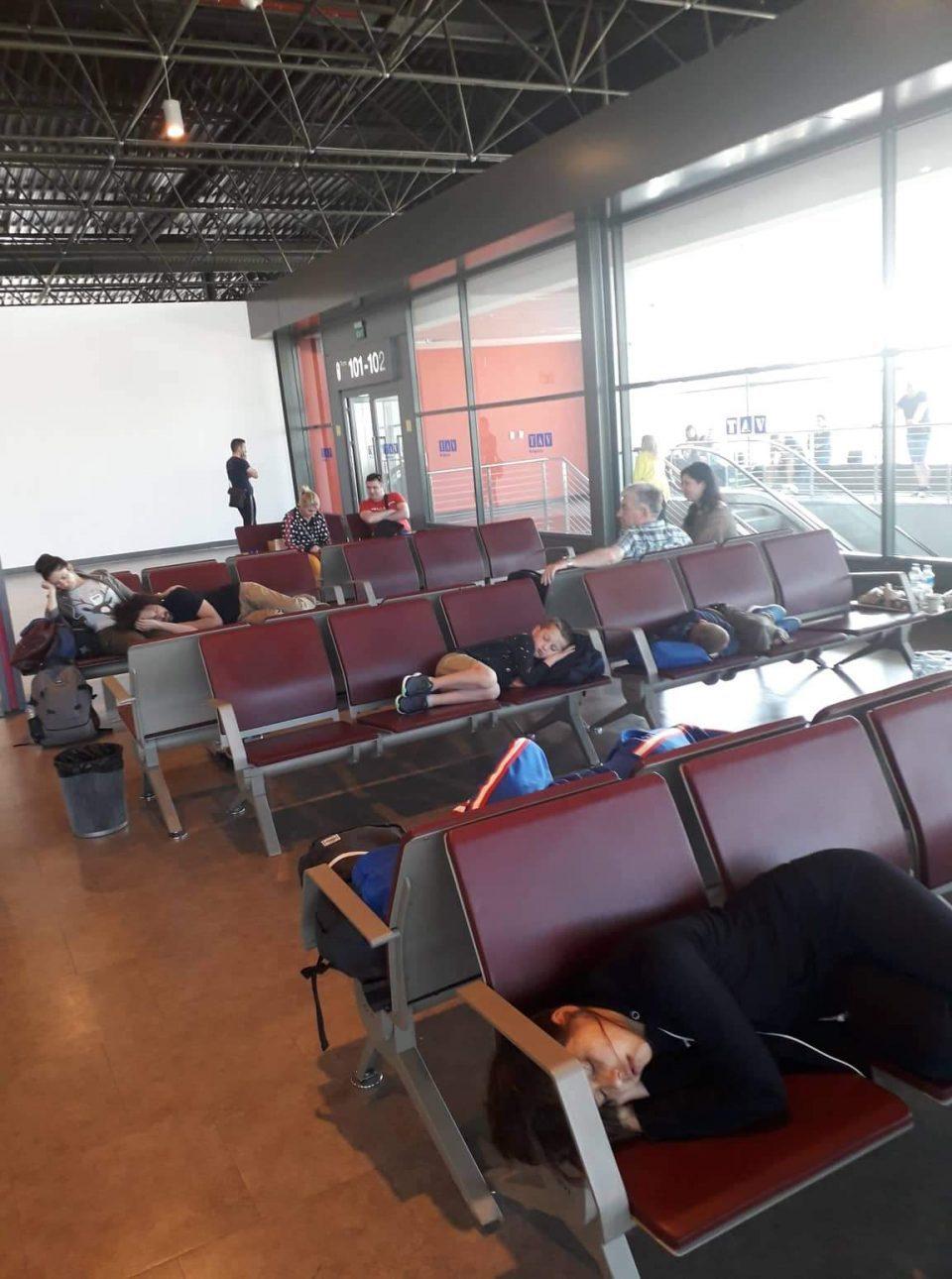 Повеќе од 150 македонски туристи заглавиле на скопскиот аеродром: 6 часа чекаме, авион нема!