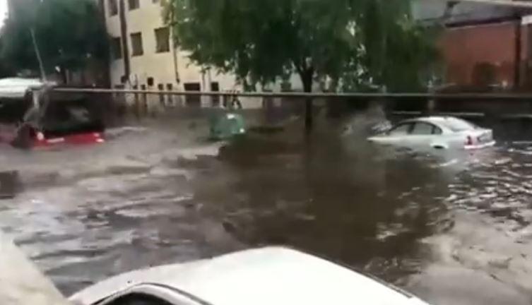 Автобусите пловат, автомобилите ги носи надојдената вода, семафорите потполно се расипаа- невремето направи вистински хаос (ВИДЕО)