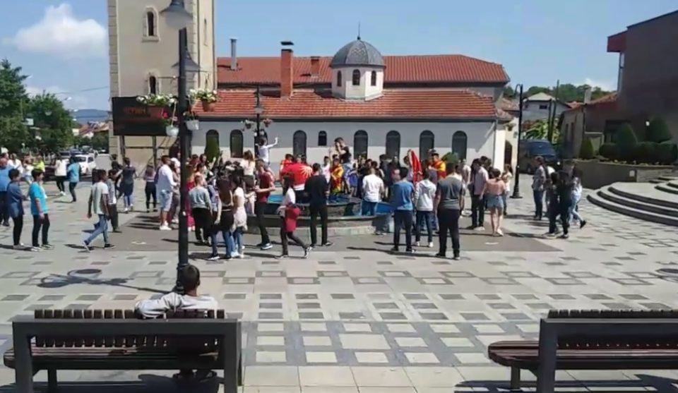 Полуматурантите од Берово славеа во фонтана: Чочек, трубачи и разладување (ВИДЕО)