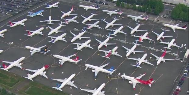 """НЕВООБИЧАЕНО: """"Боинг"""" во проблеми, авионите паркирани на паркинг за автомобили (ВИДЕО)"""