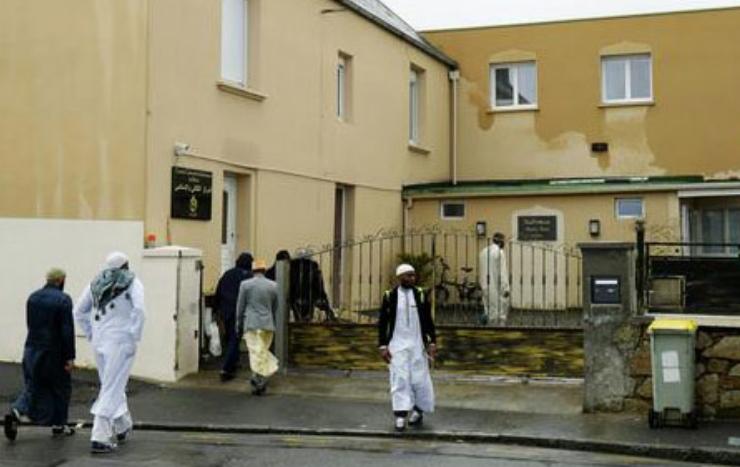 Франција: Напаѓачот од џамијата во Брест пронајден мртов