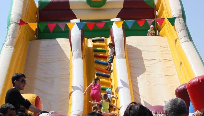 """Деца затрупани под голема гумена играчница во паркот """"Чаир"""", откажала пумпата"""