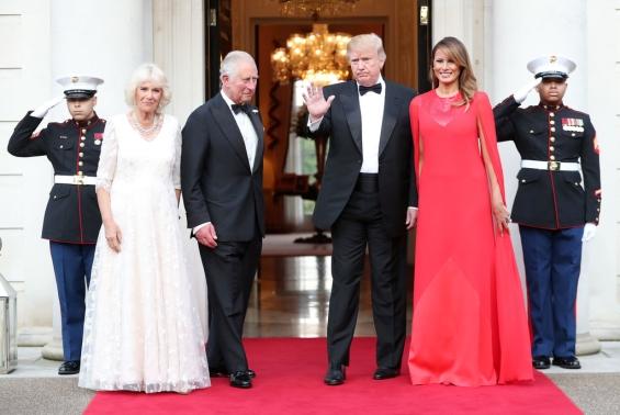 Меланија Трамп изгледа магично во прекрасниот црвен фустан (ФОТО)