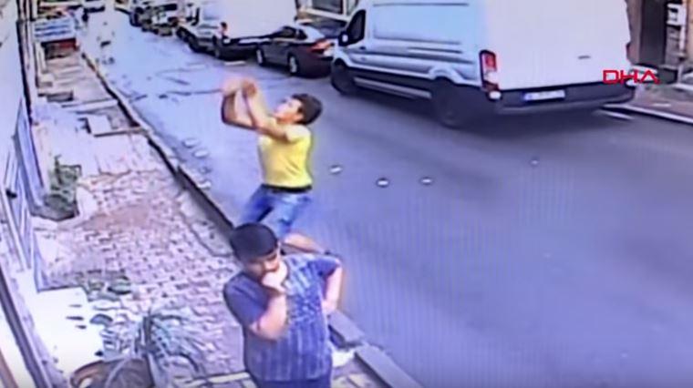 Го прогласија за херој: Момче фати 2 годишно дете кое паднало од прозорец (ВИДЕО)