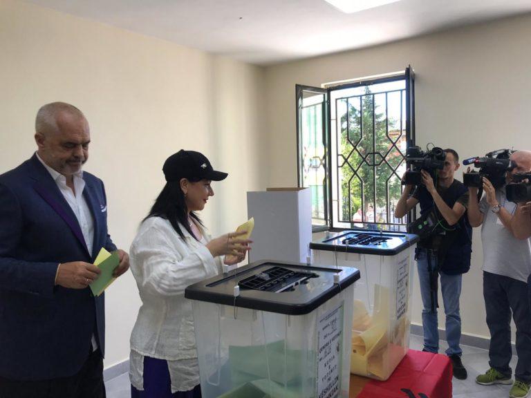 Еди Рама излезе на гласање, ги изненади сите со облеката: Сако, потколеници и чорапи до колена (ФОТО+ВИДЕО)