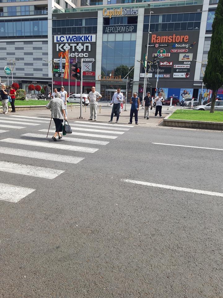 Фотографијата од Скопје која предизвика реакции на интернет: Не може да оди, ама на црвено на пешачки лета