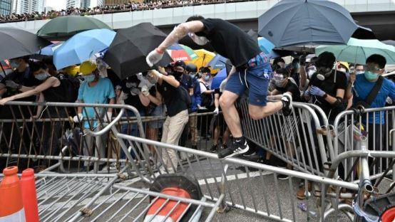 Судири меѓу демонстрантите и полицијата во Хонг Конг (ВИДЕО)
