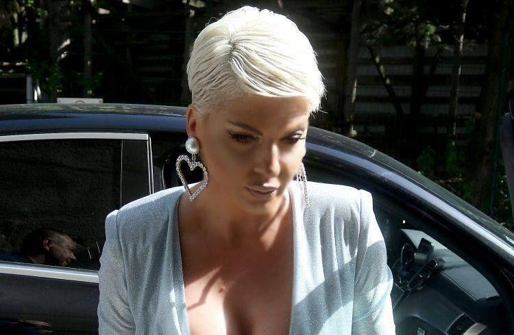 ФОТО: На настап се појави во секси костим – Карлеуша се сврте и го покажа бујниот задник