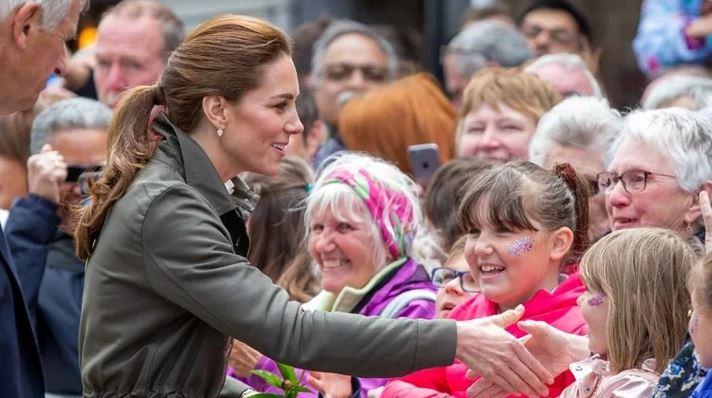 Принцезата Кејт Мидлтон потполно разочара девојче при службена посета – целиот свет зборува за овој тажен момент (ФОТО)
