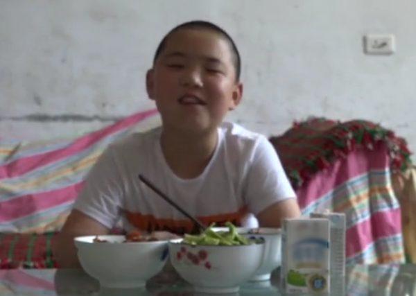 Херој во Кина: 11-годишниот Лу Зикуан јаде 5 пати на ден за да го спаси животот на татко му