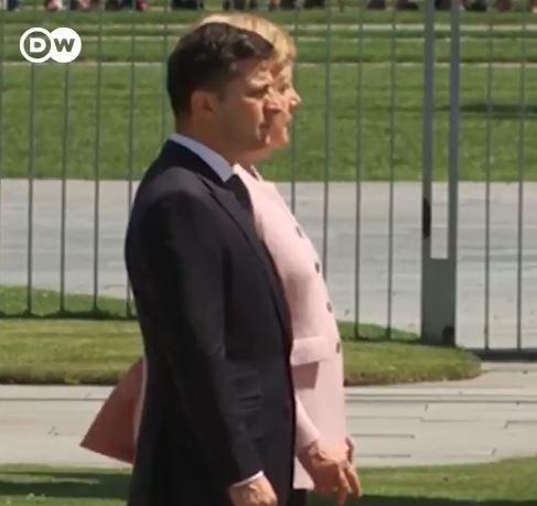 На Меркел и се слоши – Канцеларката се тресеше за време на церемонијата во Берлин (ВИДЕО)