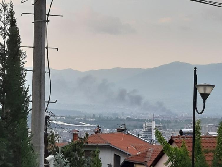 Пожар во населба Бутел, горат гуми во близина на гробиштата (ФОТО)