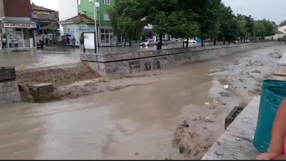 ФОТО: Реки по улиците на Неготино- поројниот дожд направи хаос