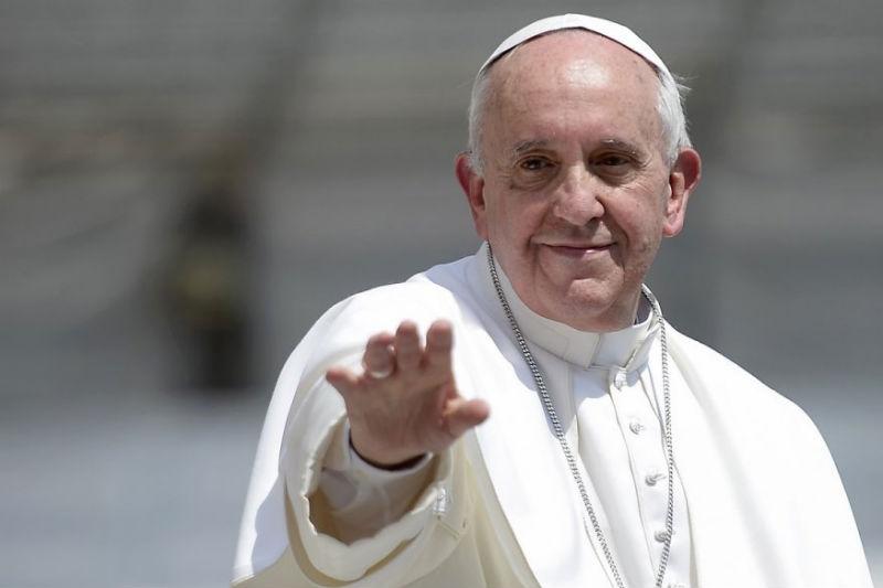 Папа Франциск: Седењето дома е шанса да се открие семејниот живот