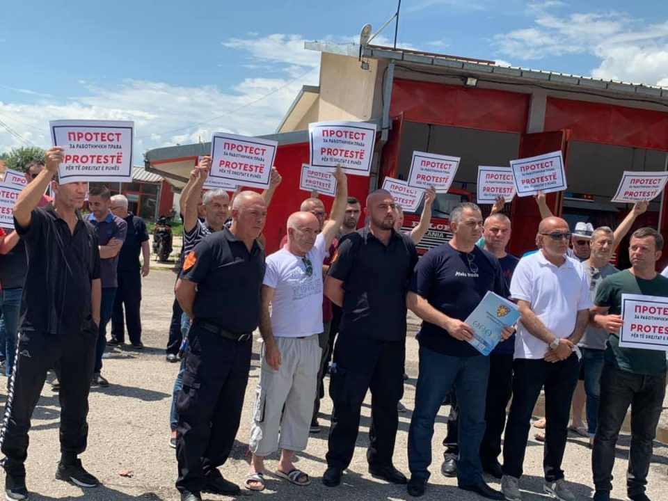 Тетовските пожарникари на протест