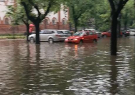 ВИДЕО: Поплави во регионот поради врнежите- низ улиците тече река
