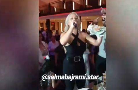 Полни раце пари: Српската пејачка облече сексапилен комбинезон и за неколку минути заработи брдо пари (ФОТО)