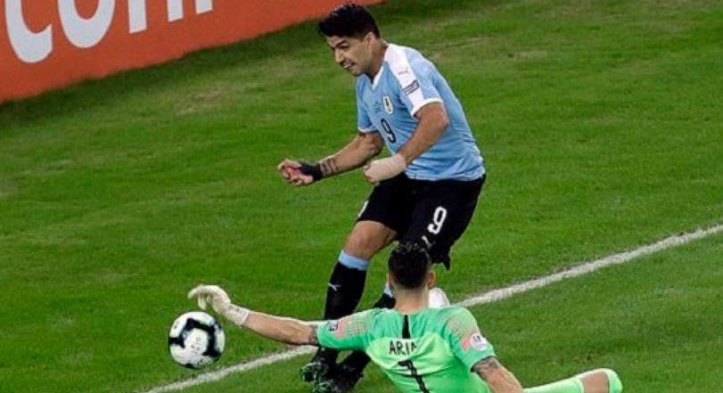 """Суарез изгледа дека """"полуде"""": Бараше пенал затоа што голманот играл со рака (ВИДЕО)"""